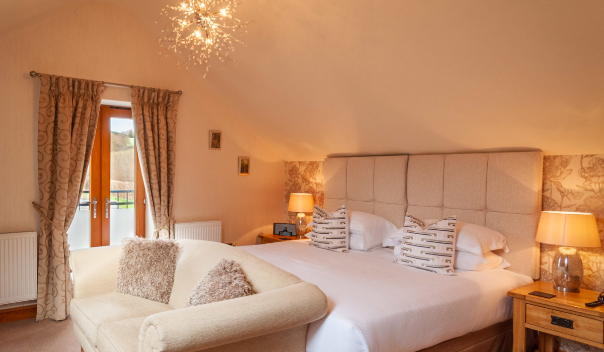 Superior Room 5 - Superking or twin bed with whirpool bath and shower ensuite